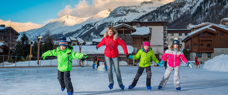 Family skiing in Val d'Isere