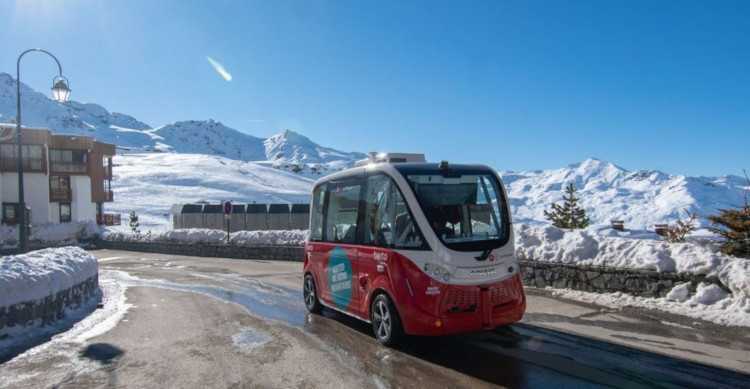 The driverless electric resort transfer bus